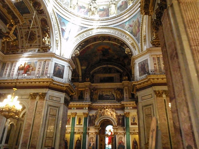 The iconostasis is framed by malachite and lapis lazuli columns