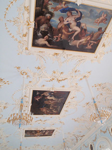 Exquisite paintings on the ceiling