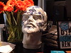 Ceramiczna glowa Lenina witala gosci hotelu na blacie recepcji.<br /> <br /> Lenin's ceramic head greeted the hotel's patrons on the reception desk.