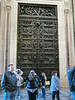 Olbrzymie drzwi z brazu wzorowane na drzwiach kosciola we Florencji.<br /> <br /> Huge bronze doors based on doors of a church in Florence.