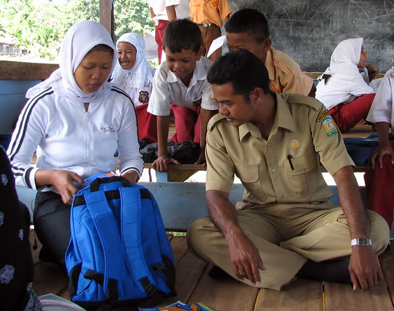 The principal inspected one bag, wanted to know what we had put inside and once Harni explained, he then took the initiative to talk to the kids, tell them who we were, and what we had brought for them.