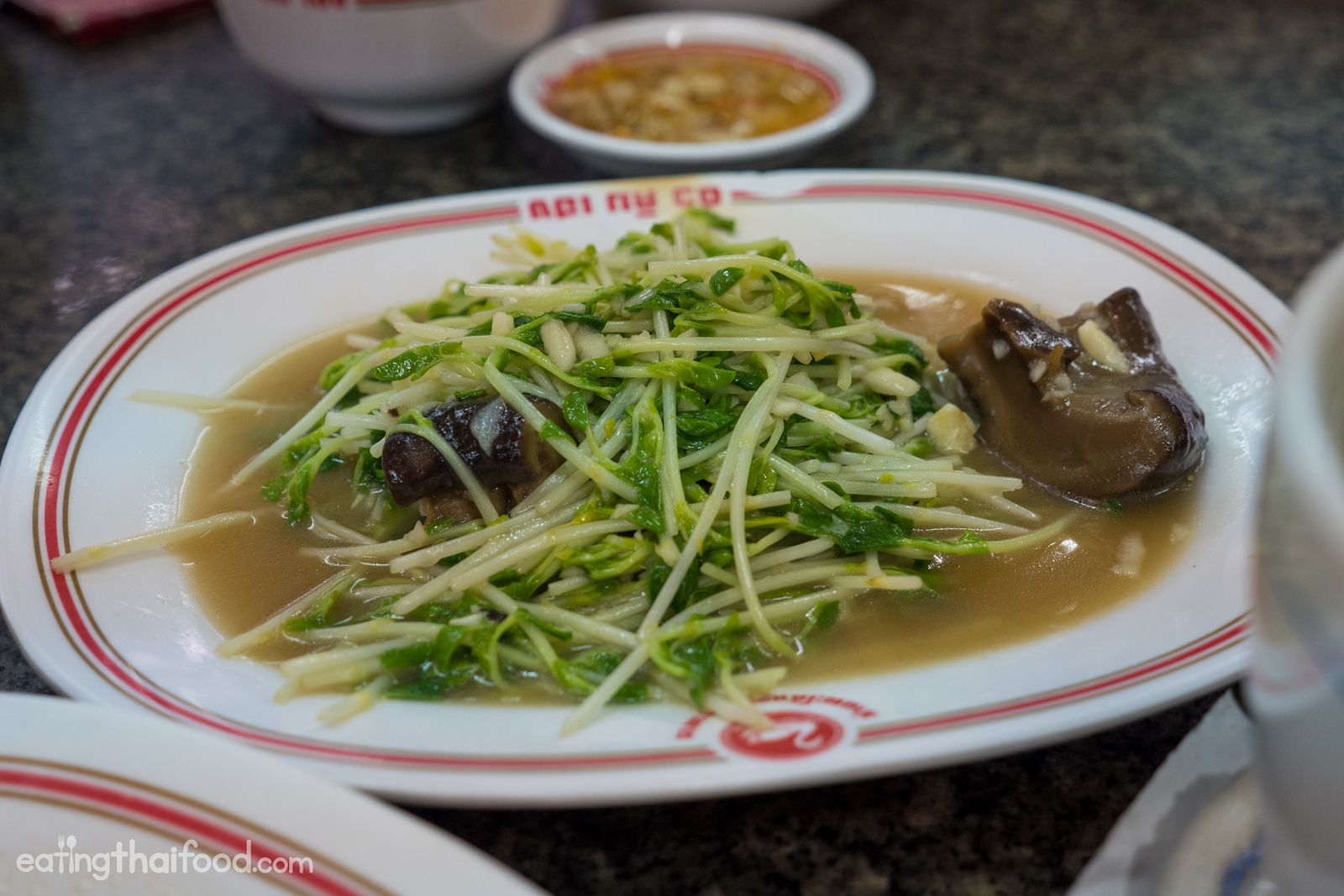 Pea shoots with oyster sauce (dow meow nam man hoy โต้วเหมี่ยวน้ำมันหอย)