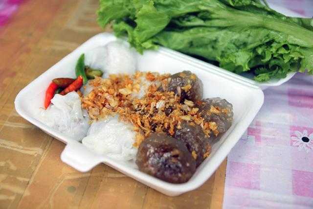Khao kriap pak maw (ข้าวเกรียบปากหม้อ) left, and sakoo sai moo (สาคูใส้หมู) right