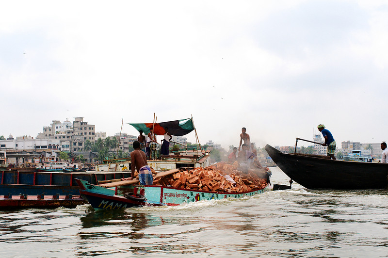 There are so many boats on the river that traffic jams occur.