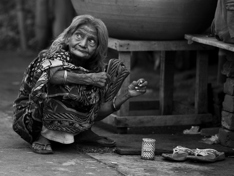 A woman who lives on the street in Khulna.