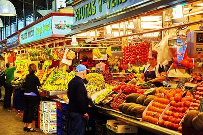 LaBoqueria_Lady-Selling-Tomatoes_D3S0088