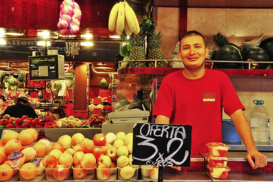 La_Boqueria_Fruit-Salesman+smile_D3S0096