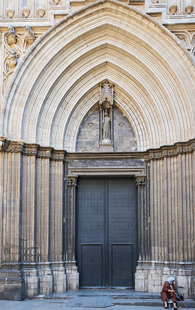 Side entrance to Cathedral of Barcelona