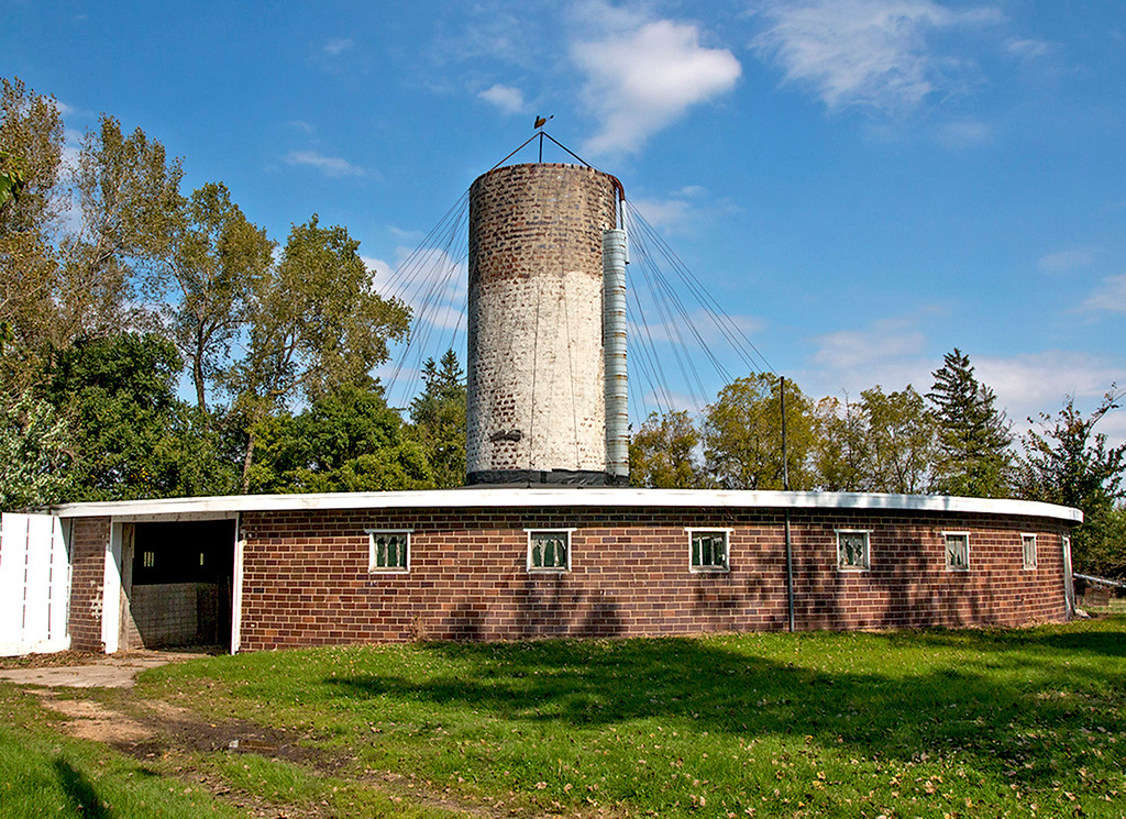 Cable roof supported round barn