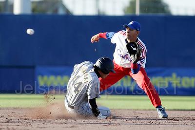pim mulier stadion honkbal haarlemse honkbalweek nederlands team 2008 oranje cuba japan halve finale de japanner kyohei iwasaki ruim safe op tweede honk. yulieski gourriel is te laat