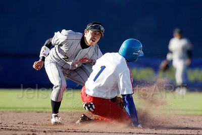 pim mulier stadion honkbal haarlemse honkbalweek nederlands team 2008 oranje cuba japan halve finale korte stop noriharu yamazaki van japan is op tijd. giorbis duvergel sneuvelt op tweede honk