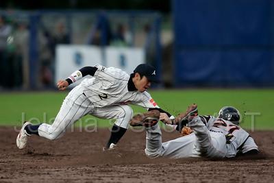 pim mulier stadion honkbal haarlemse honkbalweek nederlands team 2008 oranje japan nederland danny rombley (r) sneuvelt op tweede honk door actie tweede honkman kyohei iwasaki van japan