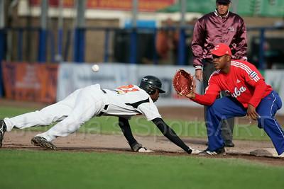 pim mulier stadion honkbal haarlemse honkbalweek nederlands team 2008 oranje netherlands - cuba eugene kingsale op weg terg naar het eerste honk. eerste honkman alexander mayeta is net te laat