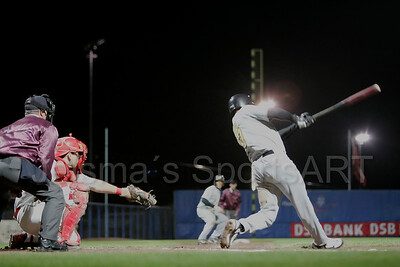 Kinheim  - L&D Amsterdam Pirates Holland series 2008 Pim Mulier stadion honkbal baseball haarlem. Fausto alvarez haalt uit voor een honkslag.