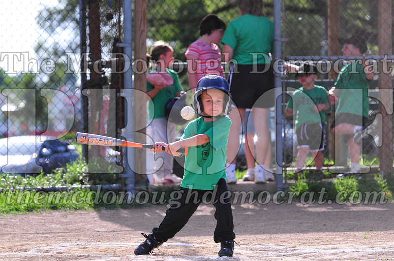 LL T-ball Avon Green vs Yellow 07-12-09 015