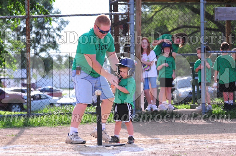 LL T-ball Avon Green vs Yellow 07-12-09 035