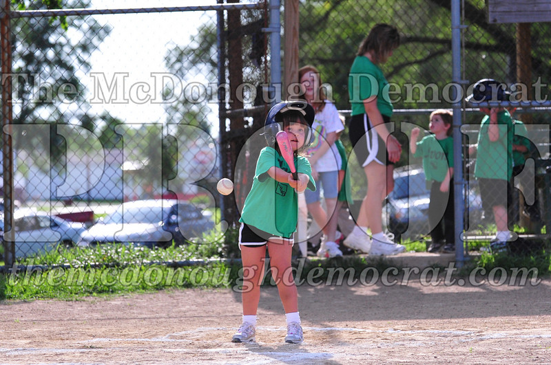 LL T-ball Avon Green vs Yellow 07-12-09 062
