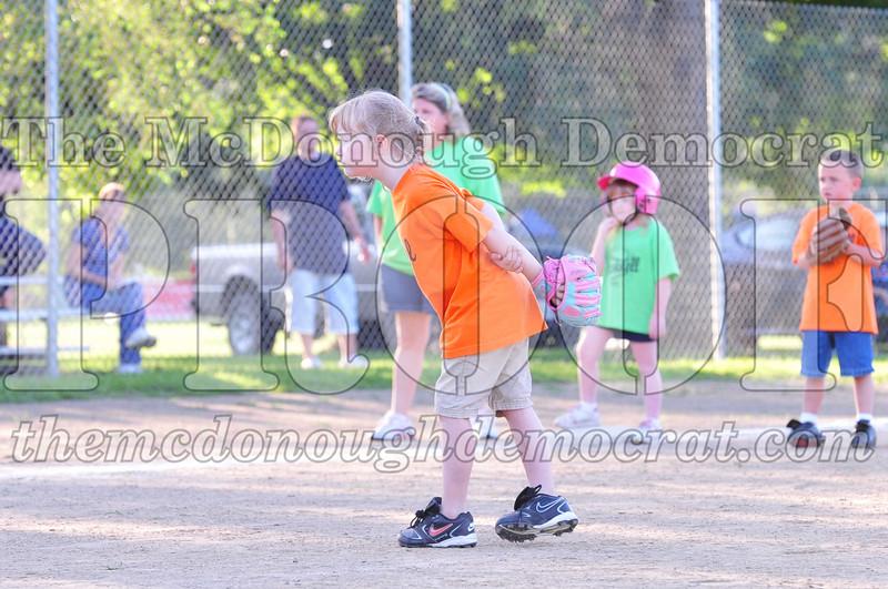 LL T-ball Orange vs Green 07-12-09 024