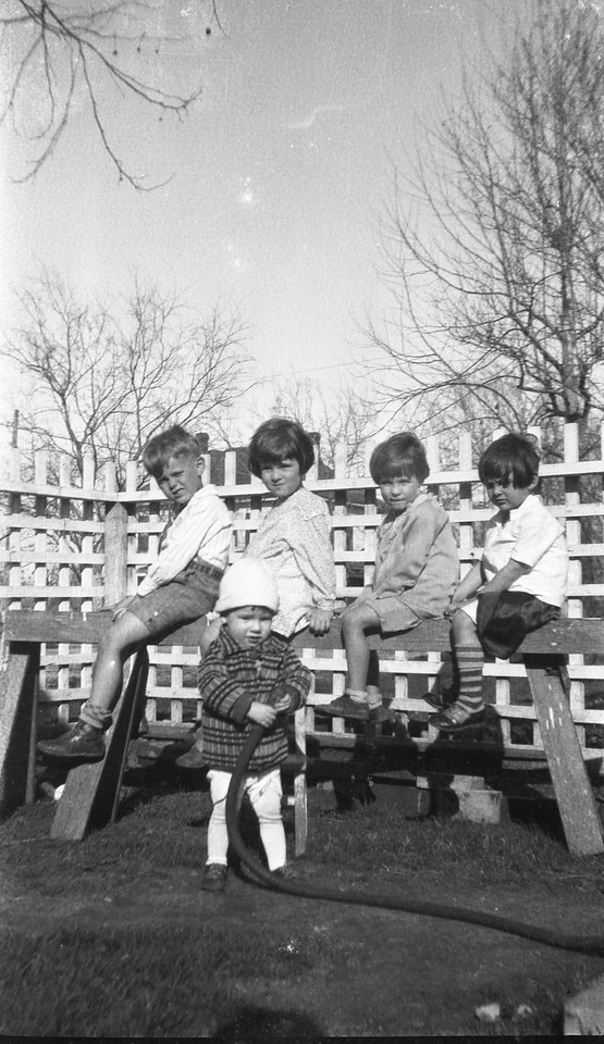 2500 Avenue H, Bay City, Texas. Front row: Vance B. Porter. Back row L to R: Van Shaw Taylor, Bobbie Porter, Evelyn Johnston, Gene Porter.