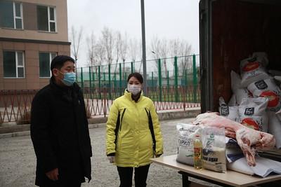 2020 оны арваннэгдүгээр сарын 16. Монгол Улсын хэмжээнд цар тахлын нөхцөл байдлаас үүдэн  хатуу хөл хорио тогтоон, бэлэн байдалд  ажиллаж байгаатай холбоотойгоор  Баянгол дүүргийн Иргэдийн хурлын тэргүүлэгчид цахимаар цар тахлын халдвараас урьдчилан сэргийлэх ажлыг эрчимжүүлэх чиглэлээр  11 сарын 16-ний 14:00 цагт хуралдлаа.  ИТХ-ын тэргүүлэгчид онцгой нөхцөл байдлын үед хийж хэрэгжүүлж буй ажлын талаар БГД-ийн Засаг дарга Ө.Сумъяабаатарын мэдээллийг сонсов.    Хурлын шийдвэрийн дагуу  дүүргийн Засаг даргын нөөц хөрөнгөөс эхний ээлжинд хоол хүнс  шаардлагатай 100 өрхөд хүргүүлэх тусламжийг Иргэдийн төлөөлөгчдийн хурлын дарга Б.Сэмжидмаа, БГД-ийн Засаг дарга Ө.Сумъяабаатар нар дүүргийн онцгой комисст хүлээлгэн өгч, хүнсийг түгээхдээ халдвар хамгааллын дэглэмийг чанд мөрдөн ажиллахыг санууллаа.     Нэг өрхөд  олгогдох тусламжинд хонины  гулууз нэг,  гурил 10 кг, будаа 5 кг, ургамлын тос нэг ширхэг багтаж байна. Хүнсийг өнөөдрөөс эхлэн түгээхээр боллоо. ГЭРЭЛ ЗУРГИЙГ Д.ЗАНДАНБАТ/MPA