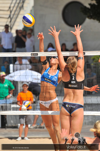 Marta Menegatti in attacco > Circolari-Menegatti ITA vs Borger-Büthe GER > FIVB Beach Volleyball World Tour | Grand Slam Roma 2013