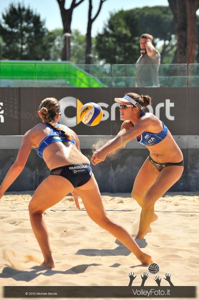 Laura Giombini riceve in bagher con Daniela Gioria sulla sabbia del Foro Italico a Roma > FIVB Beach Volley World Tour | Grand Slam Roma 2013