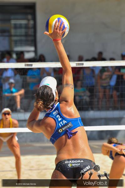 Laura Giombini in battuta > FIVB Beach Volley World Tour | Grand Slam Roma 2013