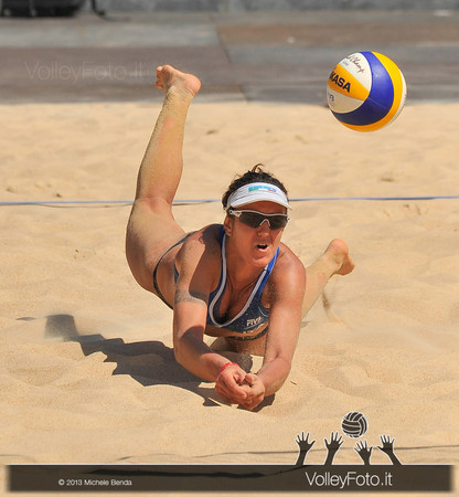 Laura Giombini difesa in tuffo > FIVB Beach Volley World Tour | Grand Slam Roma 2013