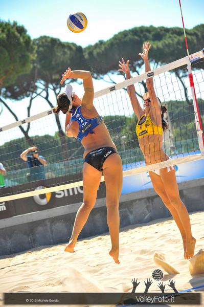 un attacco di Laura Giombini > FIVB Beach Volley World Tour | Grand Slam Roma 2013