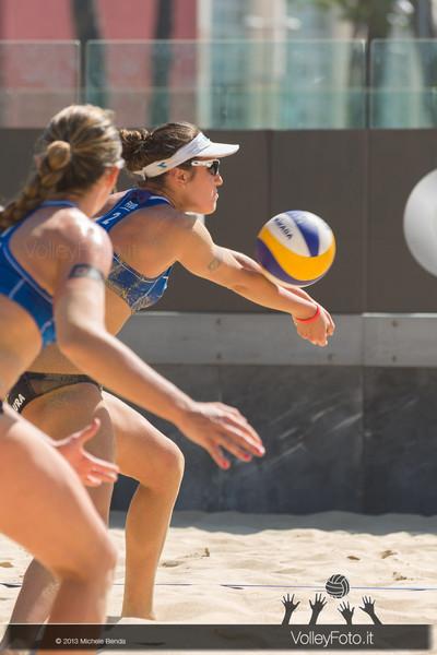 Laura Giombini in ricezione con Daniela Gioria sulla sabbia del Foro Italico a Roma > FIVB Beach Volley World Tour | Grand Slam Roma 2013