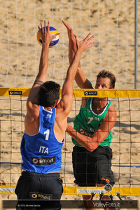 Reinder Nummerdor [NED] attacca contro Paolo Nicolai a muro > Nicolai-Lupo ITA vs Nummerdor-Schuil NED | FIVB Beach Volleyball World Tour | Rome Grand Slam 2013