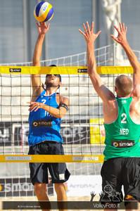 attacco di Daniele Lupo > Nicolai-Lupo ITA vs Nummerdor-Schuil NED | FIVB Beach Volleyball World Tour | Rome Grand Slam 2013