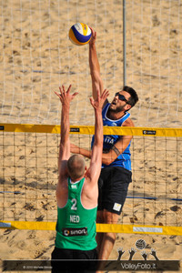 attacco di Paolo Nicolai > Nicolai-Lupo ITA vs Nummerdor-Schuil NED | FIVB Beach Volleyball World Tour | Rome Grand Slam 2013