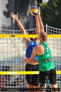 Richard Schuil [NED] attacca contro Paolo Nicolai a muro > Nicolai-Lupo ITA vs Nummerdor-Schuil NED | FIVB Beach Volleyball World Tour | Rome Grand Slam 2013