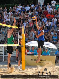 attacco di Paolo Nicolai > Nicolai-Lupo ITA vs Nummerdor-Schuil NED | FIVB Beach Volleyball World Tour | Rome Grand Slam 2013