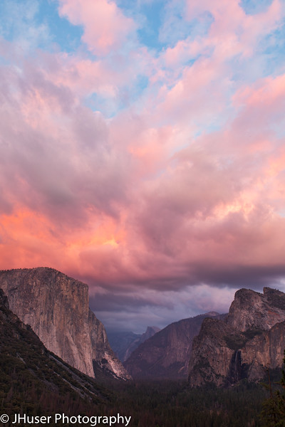 Colorful sunset above El Capitan in Yosemite NP