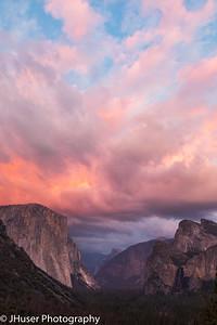 Colorful sunset above El Capitan in Yosemite NP
