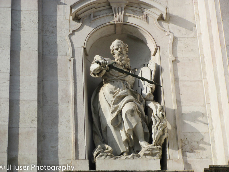 Statue on front of Basilica da Estrela
