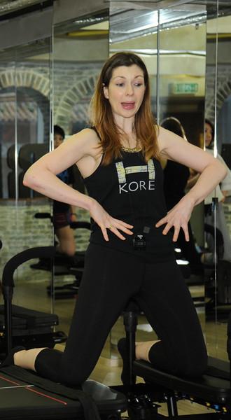 教練 Jenny 試範如何鍛鍊腰腹曲線