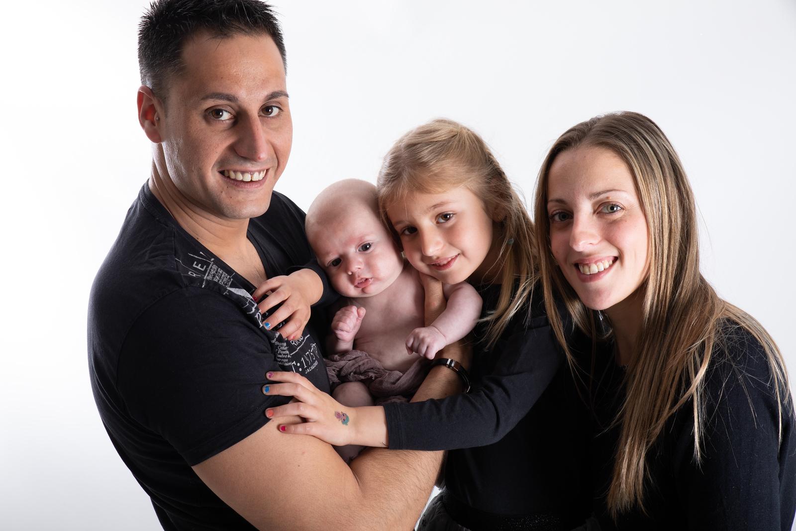 Reportaje de embarazo en familia dibujando en la barriga por Elena Rubio fotógrafa de embarazo para elenircfotografia