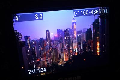 De nuit peu importe la météo, Hong-Kong brille de mille feux.