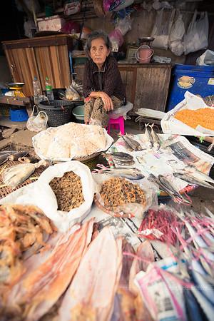 Vendeuse de poissons séchés.