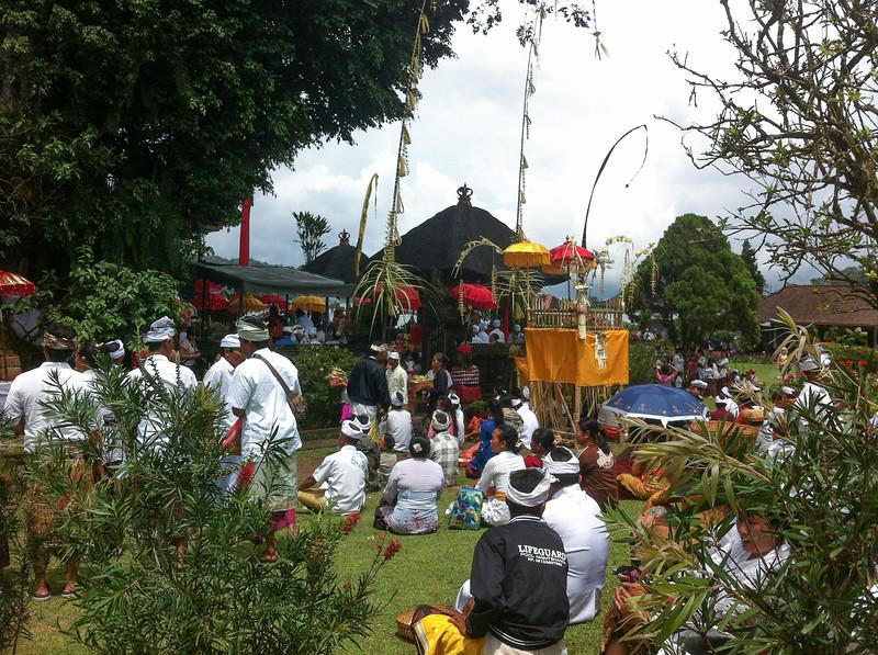 Cérémonies et prières à Ulun Danu.