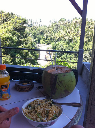 A table avec vue sur la cascade Tegenungan.