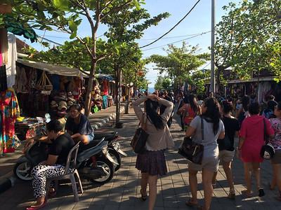 Rue marchande à Tanah Lot, le temple dans la mer est au bout de la rue.