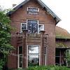 BP003  Teylingerlaan  15  <br /> <br /> 'Anna' heeft een erker waarvan de hoeken ca. 130° zijn. De gemetselde hoekstenen zijn intact gebleven, zodat er een decoratieve rand is ontstaan. Dit element is ook in nr. 61 terug te vinden.<br /> <br /> Meer informatie is te vinden in 'Monumenten in Sassenheim', een uitgave van de Stichting Oud Sassenheim
