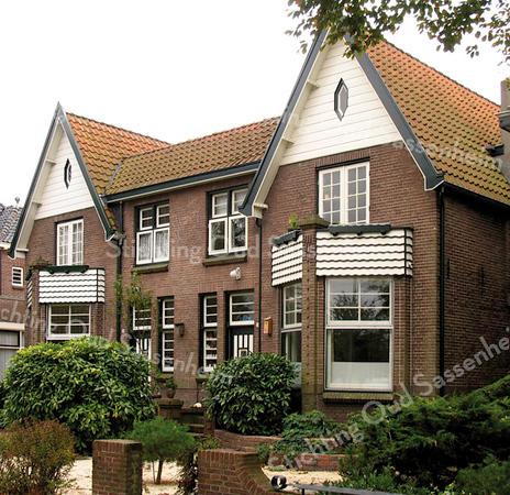 BP005  Teylingerlaan 19 en 21<br /> <br /> Dit dubbele pand werd door aannemer J.P. Oudshoorn gebouwd in de jaren twintig. Hij woonde zelf in het rechter huis, op nr. 21 en noemde het  'Our Home'.<br /> <br /> Meer informatie is te vinden in 'Monumenten in Sassenheim', een uitgave van de Stichting Oud Sassenheim