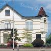 BP028  Hoofdstraat 89 - villa 'Even Buiten'     <br /> <br /> Dit woonhuis, gebouwd in 1905 voor Herman van Zonneveld heeft een aspect dat bij andere huizen niet voorkomt, namelijk het uitkragende, schuin geplaatste torentje. De nu weer zwart geverfde houten latten in de nok van het linker deel van het huis, doen denken aan de vakwerkhuizen in Limburg en de Duitse gebieden. <br /> <br /> <br /> Meer informatie is te vinden in 'Monumenten in Sassenheim', een uitgave van de Stichting Oud Sassenheim.