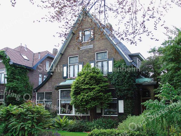 BP002  Teylingerlaan  13<br /> <br /> 'Nieuw Teylingen' bestaat uit drie delen: een groot middendeel van drie verdiepingen en een erker aan de voorzijde, een aanbouwtje aan de linkerkant waarbij het dak doorloopt<br /> en een portiek met een koperen dakje aan de rechterkant.<br /> <br /> Meer informatie is te vinden in 'Monumenten in Sassenheim', een uitgave van de Stichting Oud Sassenheim