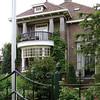 BP-GM002  Teylingerlaan 53,  vroeger  'Anny's Home'<br /> <br /> Deze villa is gebouwd in 1925 voor de heer Leo M. van Reisen door de Sassenheimse bouwonderneming Kiebert. Een markant, niet symmetrisch pand dat gebouwd is als woonhuis met kantoorruimte. De rode baksteen is halfsteens verwerkt. Er is siermetselwerk onderaan de halfronde erker aan de voorzijde en boven de entree aangebracht.<br /> <br /> Meer informatie is te vinden in 'Monumenten in Sassenheim', een uitgave van de Stichting Oud Sassenheim<br /> *) In 2014 is de status Gemeentelijk Monument vervallen.